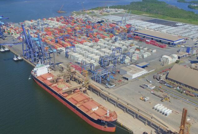 Geradores Aldo Solar em porto com navios atracados